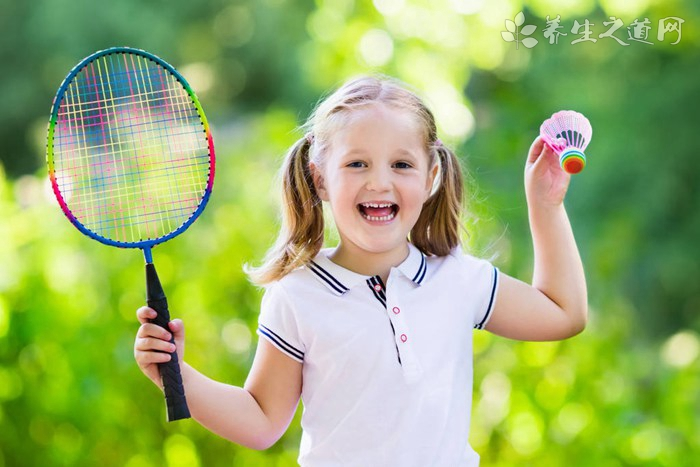 羽毛球单打与双打场地区别