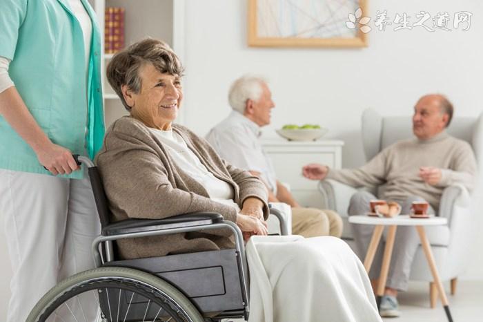 老年人轮椅怎么使用