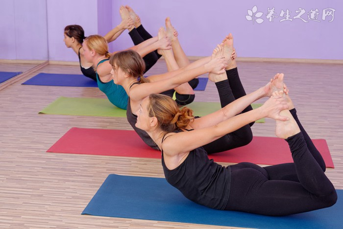 中老年人怎样练瑜伽球