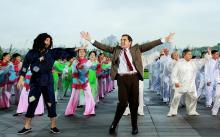憨豆先生首次来华 与大妈跳广场舞
