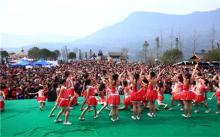 小学生寒冬光膀跳舞庆祝大酥肉节
