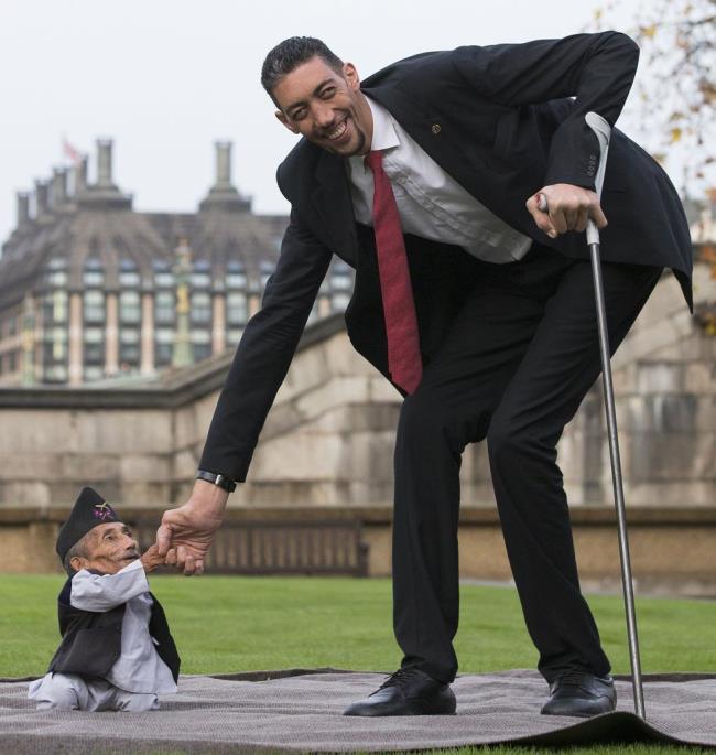 世界上最高和最矮男人同聚伦敦