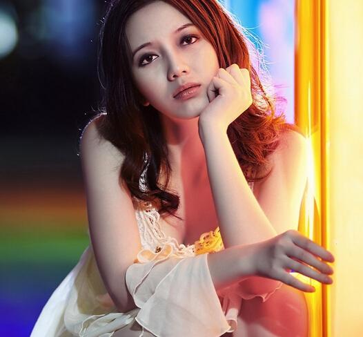 陆冰嫣是一位刚满十八岁的江南某综合性大学外语系