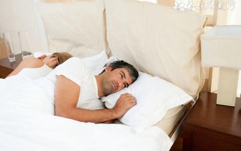 如何从睡姿判断情侣关系?