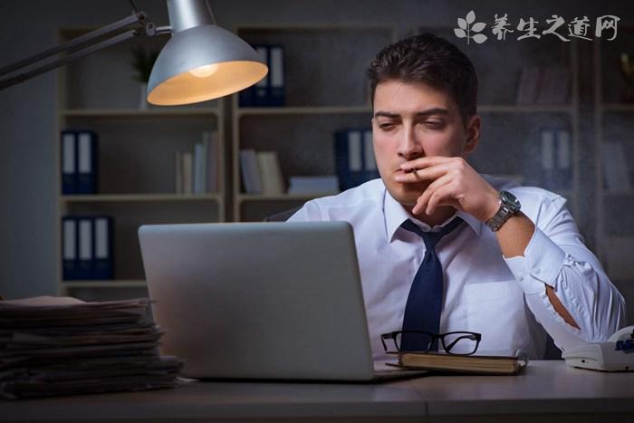 男人睡前用电脑的危害