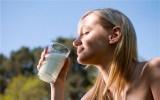 四类人不适合睡前喝牛奶,尤其是第二种