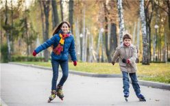 孩子几岁可以学轮滑?专家:不宜过早