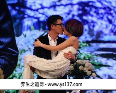 金池和老公秀恩爱 在婚礼现场,除了姚贝娜,曾一鸣到场观礼外,好声音